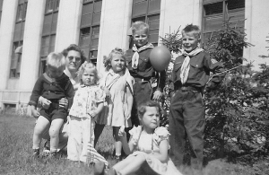 Gil Hjellen (far right) and his five siblings with their mother, Pat Hjellen.